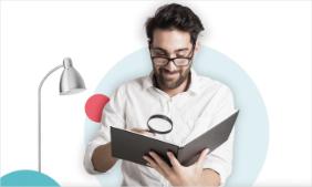 Mann som leser en bok