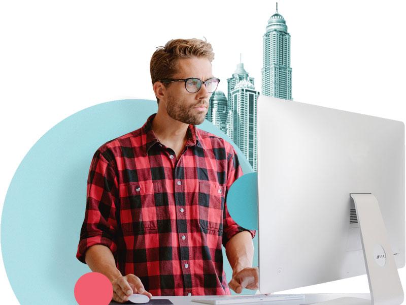 Mann ved datamaskin