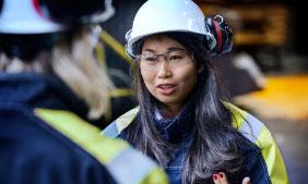 Asiatisk kvinde med en hjelm