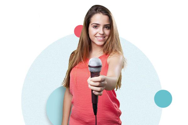 Kvinne med en mikrofon
