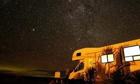Camping-car photographié la nuit