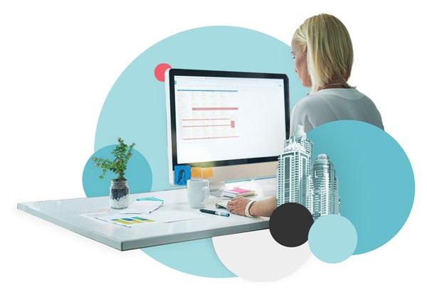 Image sous forme de collage avec une femme travaillant sur un CMS/PIM
