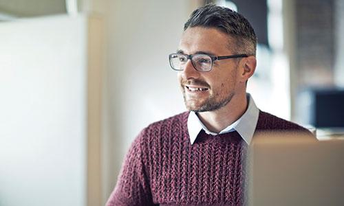Homme réalisant une PAO multilingue