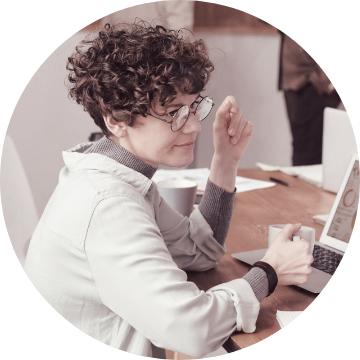 Kvinna vid bärbar dator